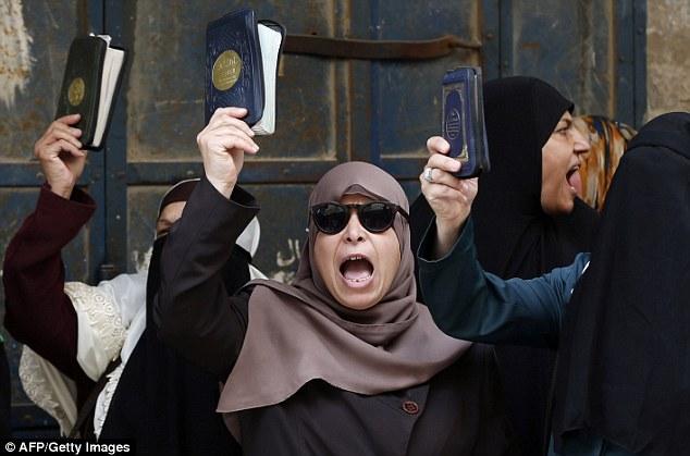 """Furia: Las mujeres dicen que están protegiendo contra el """"sacrilegio"""" de Judios en la tierra santa"""