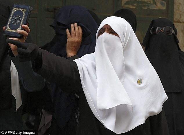 Enojado: Otra mujer que forma parte de la Murabitat en uno de sus protestas, que ocurren casi todos los días