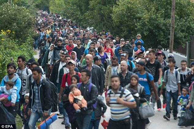 En su primera visita al Líbano, el primer ministro dijo que sin la ayuda, cientos de miles de personas podrían intentar la peligrosa travesía hacia Europa.  Los migrantes se representan caminando hacia Austria después de llegar a Hungría