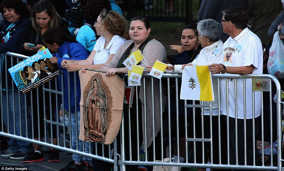 Thousands of people begin to line the parade route that Pope Francis will follow along the National Mall September 23, 2015 in Washington, DC