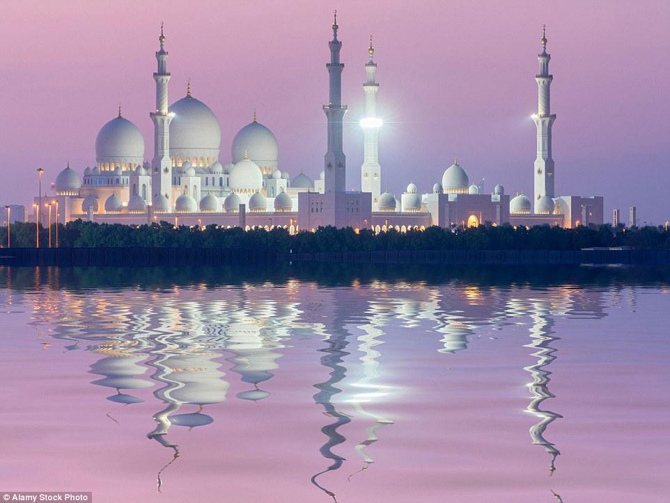 O deslumbrante Grande Mesquita Sheikh Zayed, em Abu Dhabi, Emirados Árabes Unidos levou 10 anos para ser concluído e é uma maravilha arquitetônica