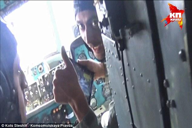 Octavillas distancia: Un piloto ruso da un pulgar hacia arriba el la cámara a medida que caen decenas de miles de folletos sobre áreas rebeldes de Siria