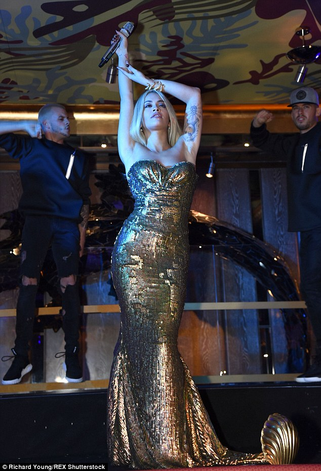 Sensational: The 24-year-old, que é um embaixador do restaurante, foi virando cabeças no vestido do chão varrendo enquanto ela escorria glamour de Hollywood por sua atuação no evento
