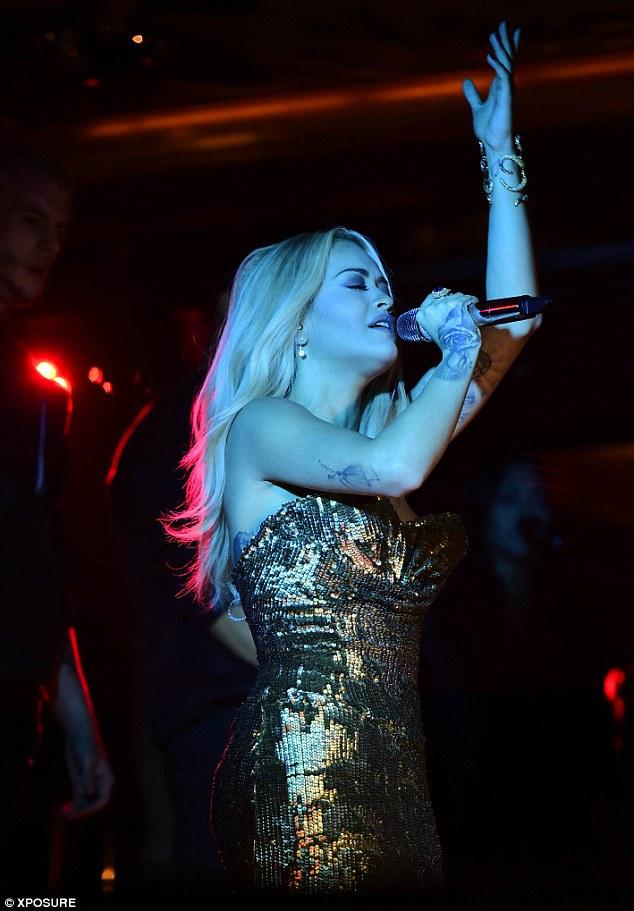 Top Hits: Ela incluiu interpretações de Black Widow, RIP e novo corpo pista em mim, enquanto a noite também viu uma série de performances temáticas aquáticos