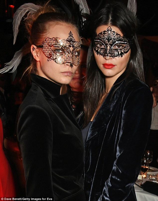 Melhores amigos: Kendall Jenner e Cara Delevingne aproveitou a oportunidade para se vestir-se na sexta-feira noite como eles assistiram baile de máscaras de Eva Cavalli at One Maryfair