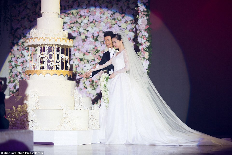 Lavish: Atriz, cantora e modelo, Angelababy, casado ator Huang Xiaoming líder, em um casamento elaborado em Xangai na semana passada