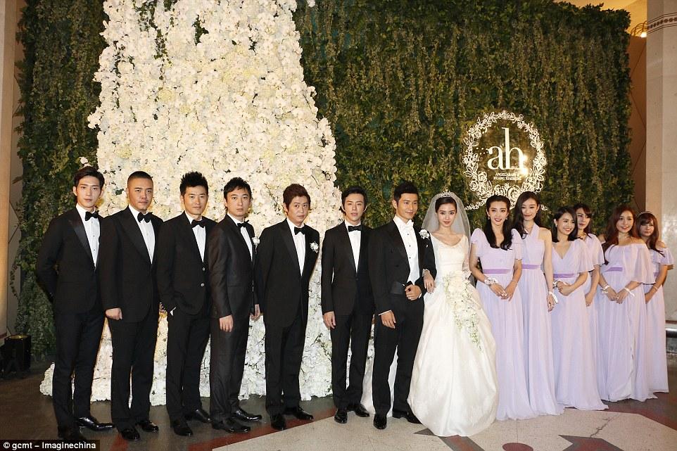 Angelababy e seu marido ator Huang Xiaoming retratado com suas damas de honra e padrinhos de casamento em seu casamento em Xangai