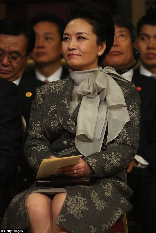This afternoon President Xi addressed MPs and peers in the Royal Gallery of Parliament. In her second outfit change of the day, Peng Kiyuan wore a grey double-breasted knee-length tailored coat with a silver Oriental print complemented by a dove grey silk pussy bow blouse