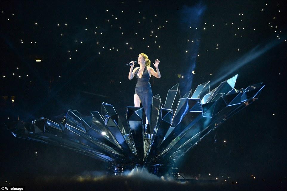 Momento mística: Ellie amarrado o cabelo para cima por sua atuação dramática, criando bastante a impressão de que ela explodir para fora de um diamante espelhado de encontro a um fundo estrelado