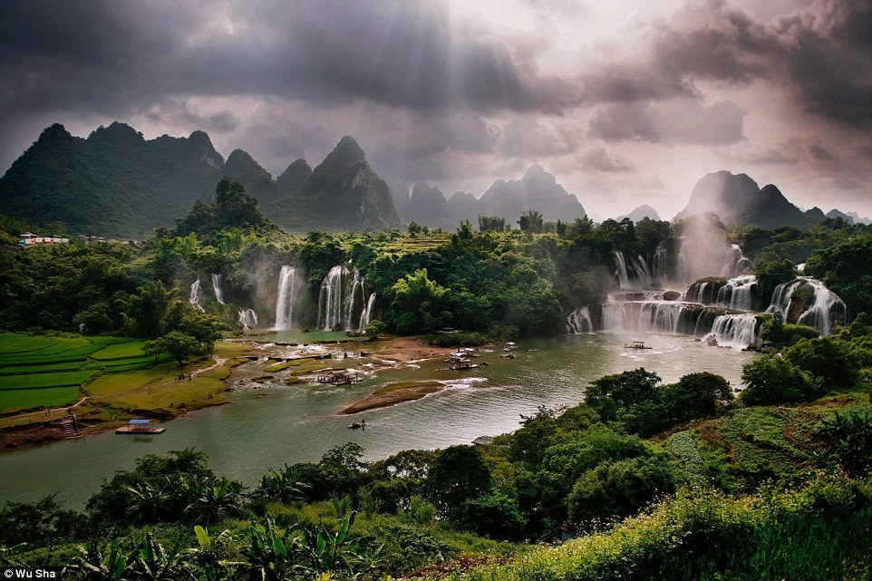 Detian Waterfall is a transnational waterfall in the Sino-Vietnamese border.In spring, the fiery-red kapok trees scatter around the waterfall making it more exquisite
