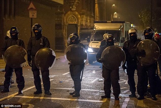 Pared Negro: La policía antidisturbios armados con porras y escudos estaban en la escena durante toda la noche, frente a lo que ellos llamaban