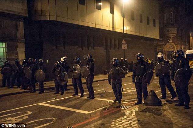 La violencia: la policía antidisturbios con perros y escudos fueron vistos dibujar sus porras contra una multitud de carga