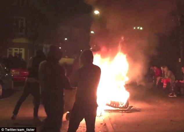 Los enfrentamientos: imágenes impactantes mostraban juerguistas enfrentándose con la policía y el establecimiento de un contenedor en llamas tras un delirio ilegal Halloween en Lambeth, al sur de Londres, se tornaron violentas