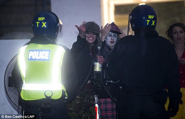 Falta de respeto: Uno gestos raver a los agentes de policía después de que acudieron a apagar el delirio ilegal alrededor de la medianoche de anoche