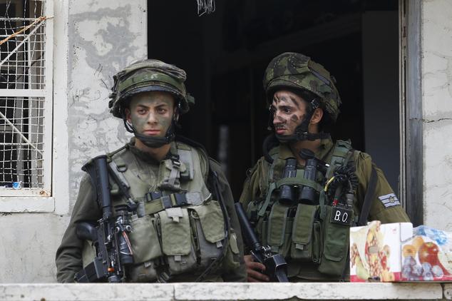 Cientos de tropas de combate custodian unos 850 colonos judíos en el centro de Hebrón en el que viven en medio de decenas de miles de palestinos - la última ronda de violencia comenzó a mediados de septiembre