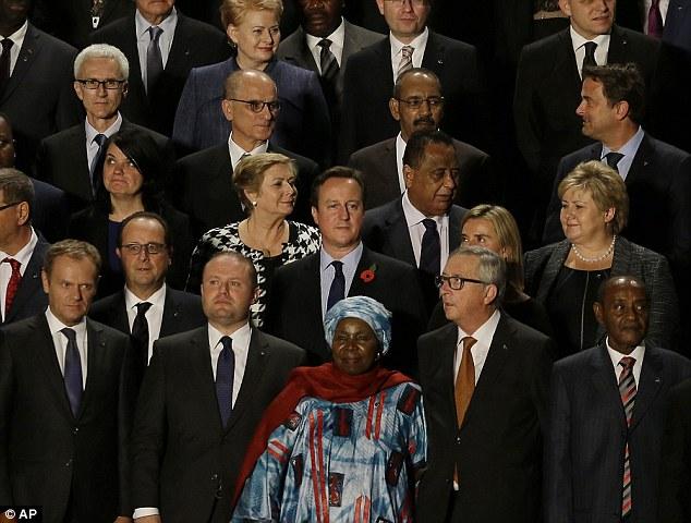 El primer ministro británico, David Cameron, posó para una 'foto de familia' con los demás de la UE y los primeros ministros de África, con motivo del inicio de la cumbre