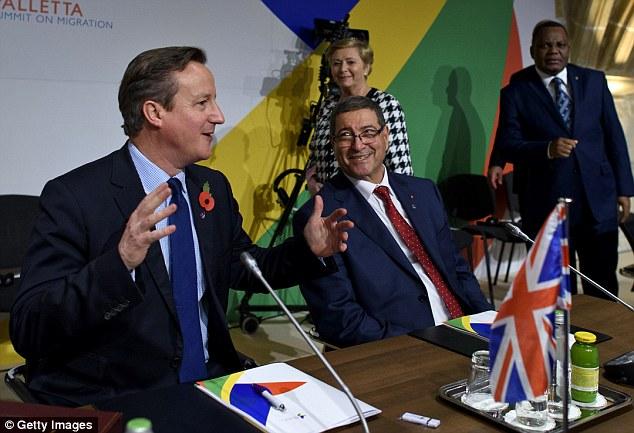 De ello se desprende una cumbre de dos días más amplio con los líderes europeos y africanos.  Cameron asistió a la primera jornada, en la foto con el primer ministro tunecino Habib Essid ayer, pero regresaba a Londres hoy