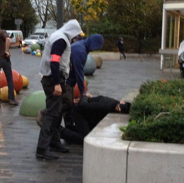 Pistas vitales se perdieron que podrían haber evitado las atrocidades de París, se temía anoche. Por encima, la policía hizo arrestos en Bélgica en relación con los ataques terroristas, que dejaron 129 muertos