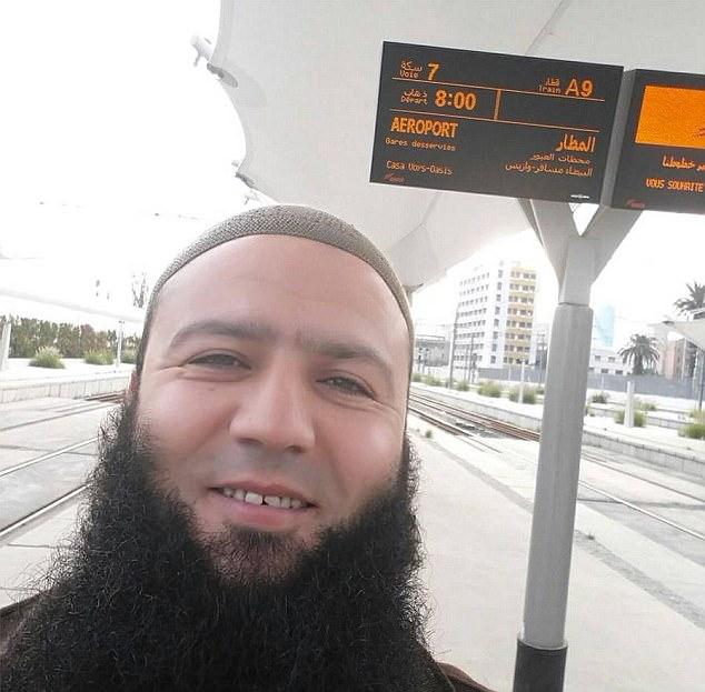 Sermón: Chadlioui (en la foto) se entiende que han predicado sermones llenos de odio en una mezquita de París a la que asistieron Bataclan bombardero Omar Mostefai