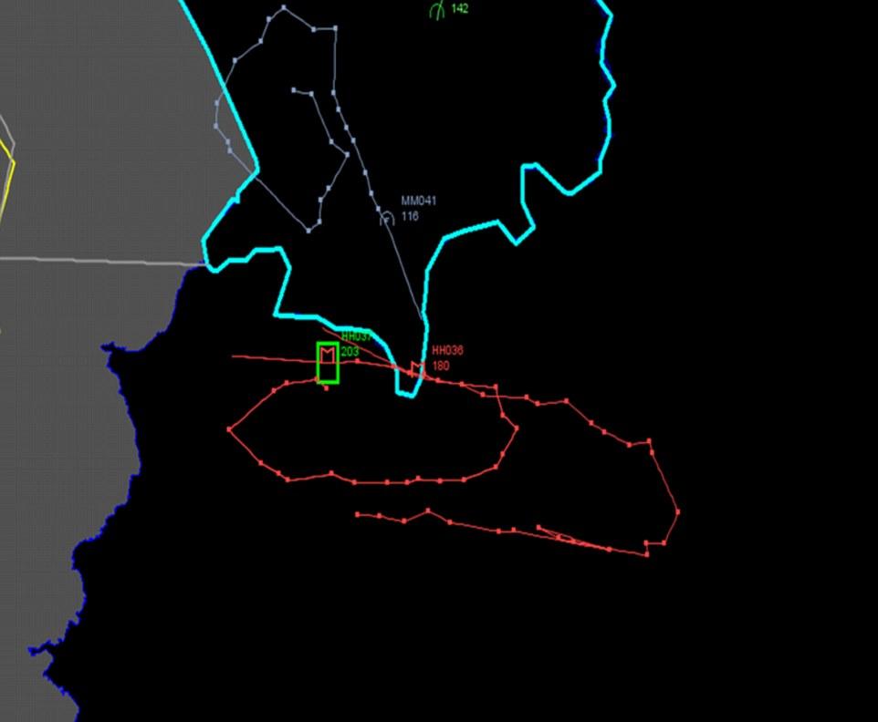 Esta imagen difundida por el Ejército turco muestra los informes, el radar de vuelo seguimiento del movimiento del derribado rusa Sukhoi Su-24 jet (en rojo), que muestra donde entró el espacio aéreo turco y donde cayó. La línea azul muestra la frontera turca con Siria