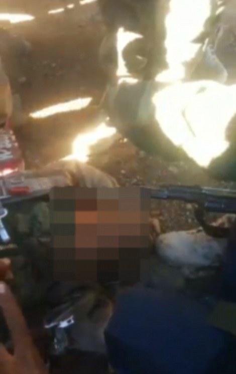Esta imagen fija de un video pretende mostrar piloto ruso Sergei Rumyantsev, cuya Sukhoi Su-24 jet fue derribado