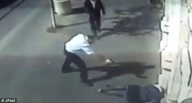 Matar: El israelí armado luego sube a una de las niñas y la dispara a quemarropa