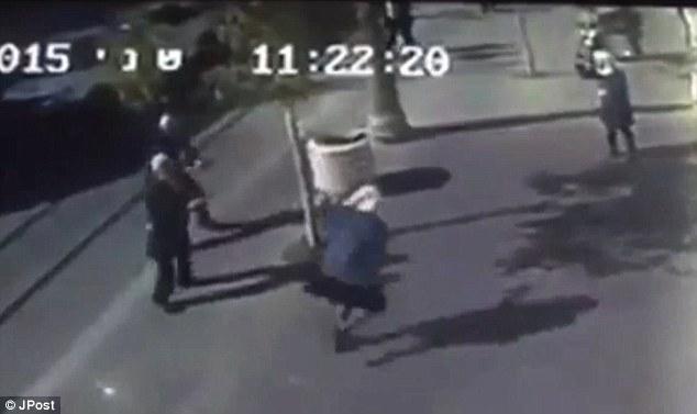Los atacantes: imágenes de CCTV ha captado el momento en que las dos niñas palestinas, que acaba de apuñalaron a un hombre, se enfrentó en la calle en Jerusalén, todavía empuñando tijeras