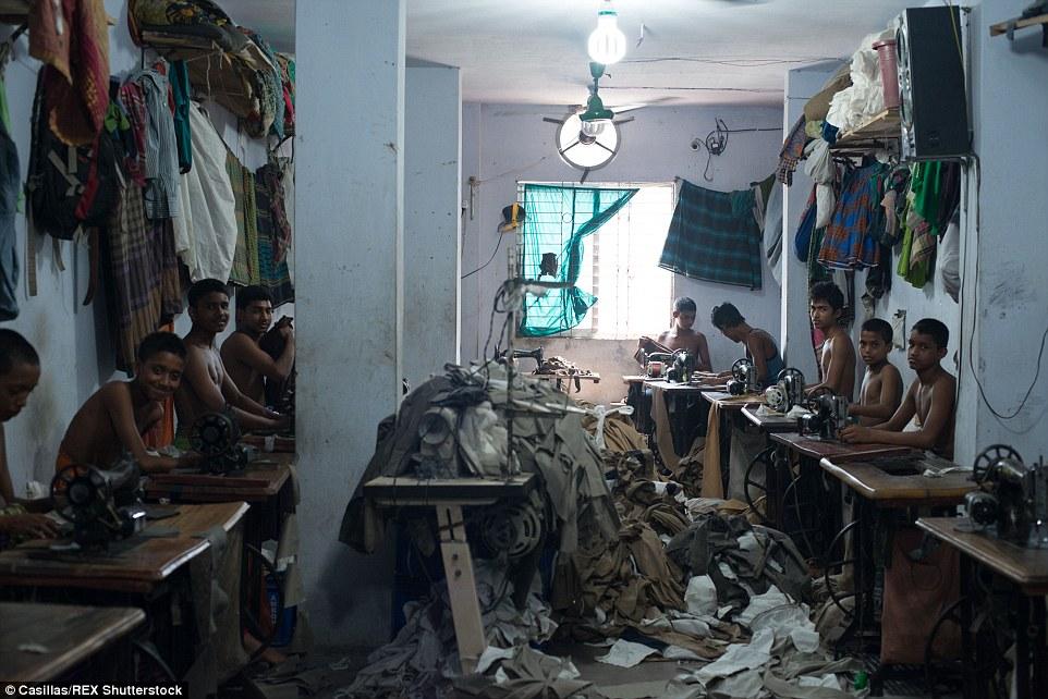 A pesar de las continuas campañas y ultraje intermitente, un fotógrafo ha revelado tanto el impactante falta de controles de seguridad dentro de algunos de no regulados fábricas de ropa de Bangladesh, así como las rutinas agotadoras de los niños que trabajan allí