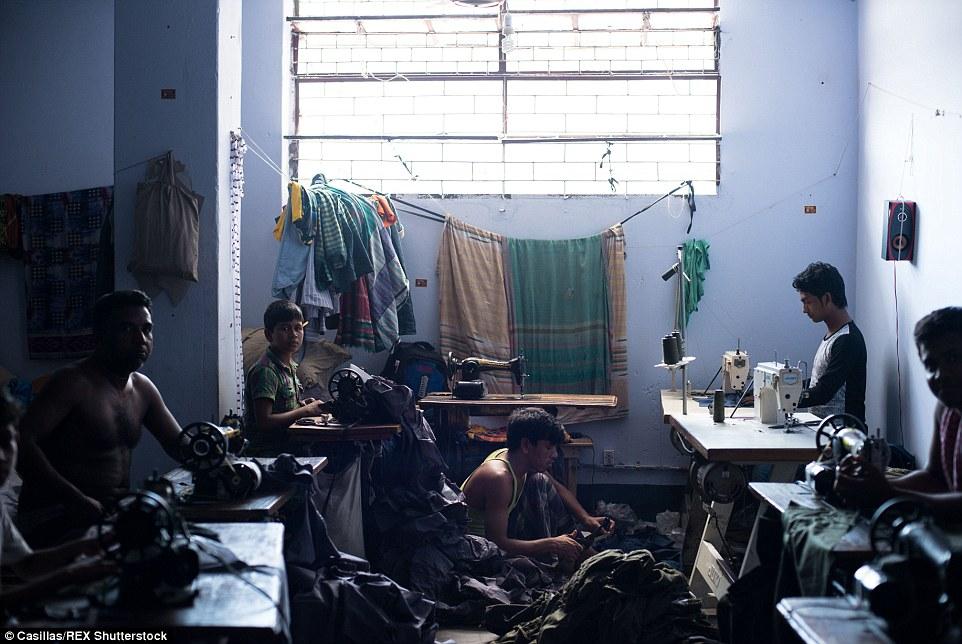 Empleados de ropa trabajan 6 o 6,5 días por semana desde el amanecer hasta el momento después de la oscuridad de un salario mínimo.  Duermen en el interior o alquilar habitaciones al lado de las fábricas