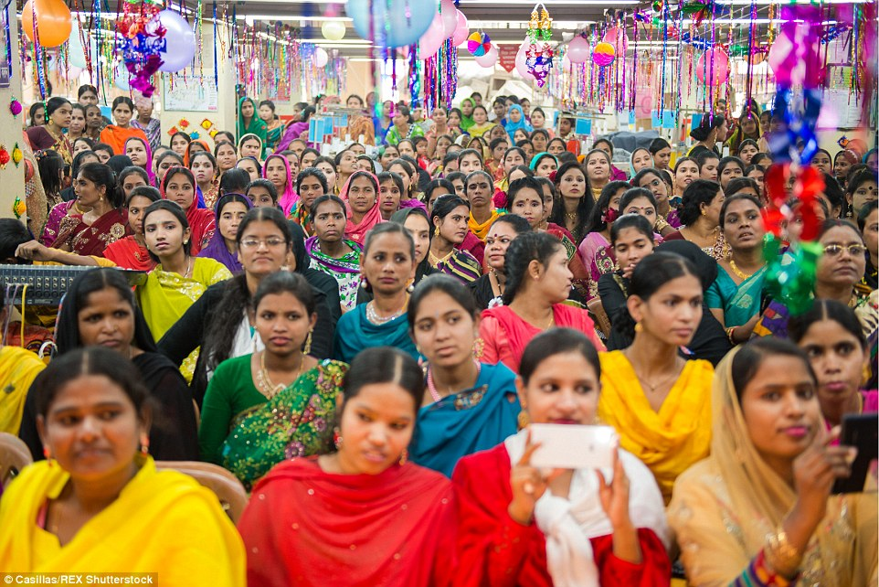 Mejores normas: fábricas formales (en la foto) por lo general tienen mucho mejores condiciones de trabajo a que las fábricas informales.  Al otro lado de las fábricas de ropa formal en Bangladesh se estima que 60% de los trabajadores son mujeres.  Por encima, las mujeres trabajadoras en una celebración de Año Nuevo en Dhaka