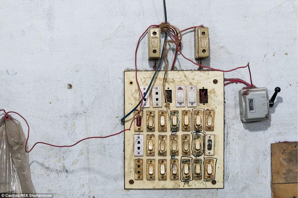 Un tablero del panel eléctrico.  La mayoría de las fábricas están en riesgo de accidentes de fuego debido a los malos estándares de cableado y seguridad eléctrica y la conciencia básica