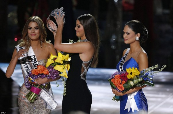 It was actually Miss Philippines Pia Alonzo Wurtzbach who had taken the crown, and Gutierrez had to bend down and allow Former Miss Universe Paulina Vega to remove it from her head on live television