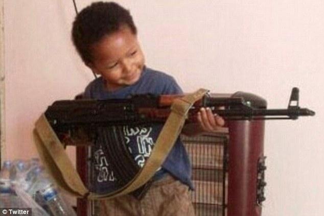 """En 2014, Dare publicado una fotografía impactante de su cuenta de Twitter de su continuación, de cuatro años de edad, hijo Isa, que significa """"Jesús"""", sostiene un rifle AK-47.  Él lleva una notable similitud con el niño en el último vídeo de propaganda"""