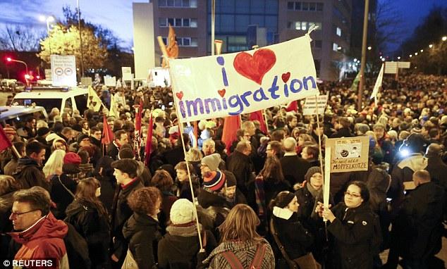 Las opiniones han sido divididos en Colonia por la reciente afluencia de inmigrantes con las protestas en poder de los patriotas europeos contra la islamización de occidente y una campaña de apoyo a los migrantes