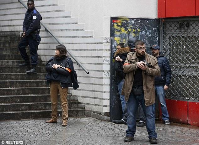 Alerta de terror: verifique polícia francesa um dos peões ao se proteger a área depois que o homem foi morto a tiro em Paris