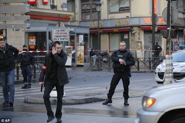 Patrol: polícia francesa proteger a área após o tiroteio no norte de Paris pouco depois de 11:00 horário do Reino Unido hoje