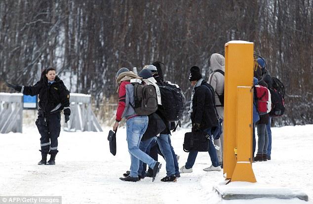 Las bicicletas se convirtió en el modo preferido de transporte de migrantes que intentan cruzar a Noruega, ya que las autoridades rusas no dejan que la gente cruza la frontera a pie