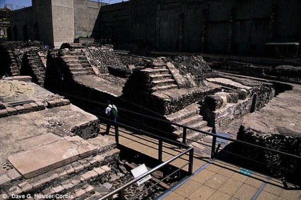 Desde hace tiempo se supone que los aztecas sacrificaban los prisioneros de guerra en el Templo Mayor de Tenochtitlán (ruinas en la foto), en lo que hoy es la Ciudad de México, inmediatamente después de la batalla.  Pero un nuevo estudio sugiere que también ofrecían la vida de la gente mucho más cerca de casa como sacrificios a sus dioses sedientos de sangre