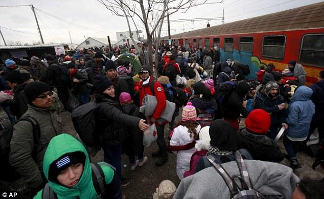 A UE já começou a enviar os guardas de fronteira para a Macedônia para patrulhar sua fronteira com a Grécia e impedir que as pessoas ser capaz de prosseguir as suas viagens através da Europa (na foto, os migrantes em Macedónia)