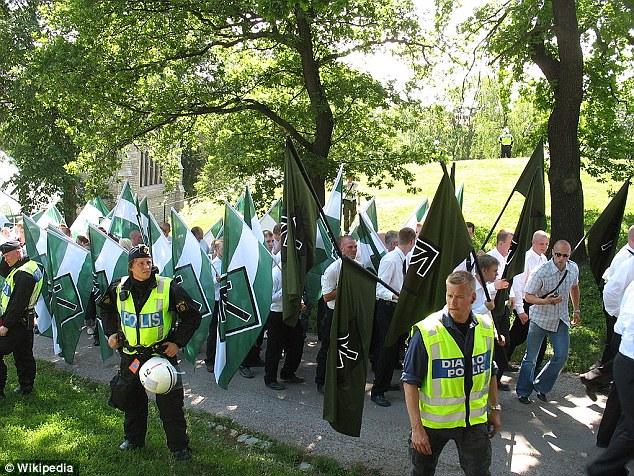 Protesta: Los miembros de la sueca Vitt Ariskt Motstand - el nombre de la organización estadounidense blanco supremacista blanco Aryan Resistance - marcha a través del país con banderas y flanqueados por policías