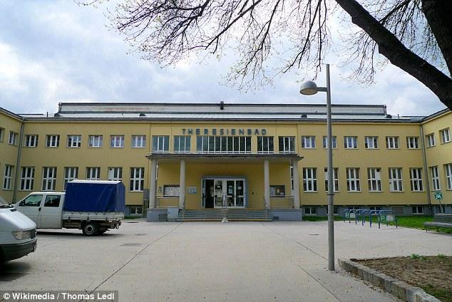 """El migrante iraquí que violó a un niño de 10 años de edad, en un cubículo piscina en la piscina Theresienbad (en la foto) en Viena, presuntamente dijo a la policía que era una 'emergencia sexual """"porque no había tenido relaciones sexuales en cuatro meses"""
