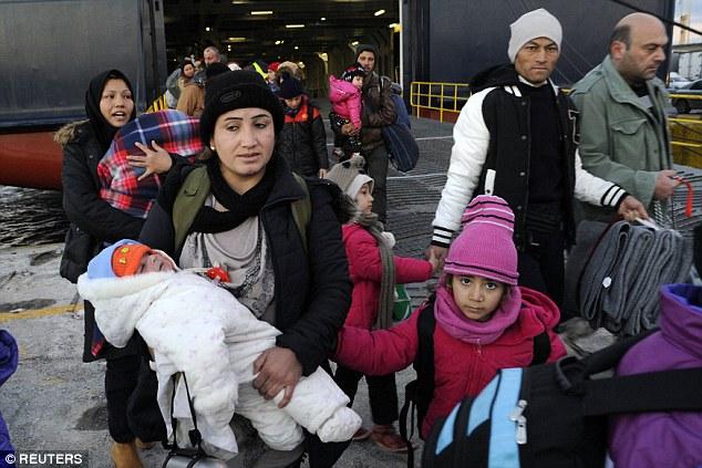 Llegadas: Los refugiados y los migrantes, como este grupo, que llegó a bordo del ferry de pasajeros en el puerto de El Pireo, cerca de Atenas, Grecia, el domingo, se verían obligados a volver