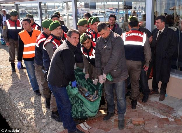 Las fuerzas de seguridad turcas llevan los cuerpos de los refugiados a la costa después de un barco se hundió en el mar Egeo hoy