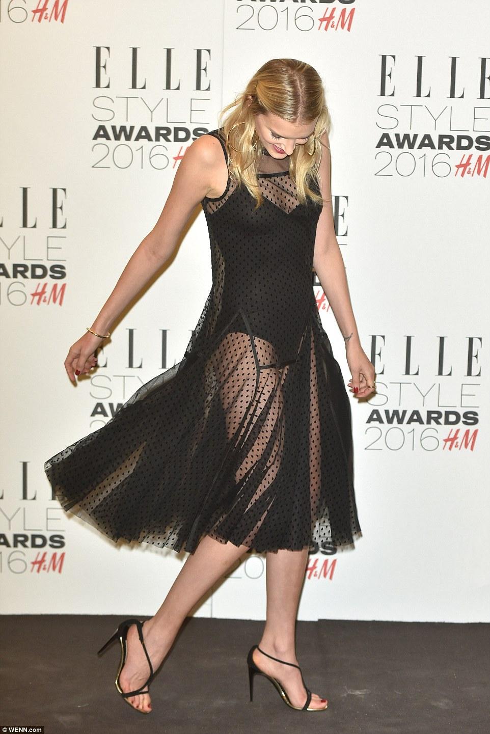 De-nsa hum giro: Lily estendem Ao Redor com o SUA forma no show em Uma saia pura e bodysuit