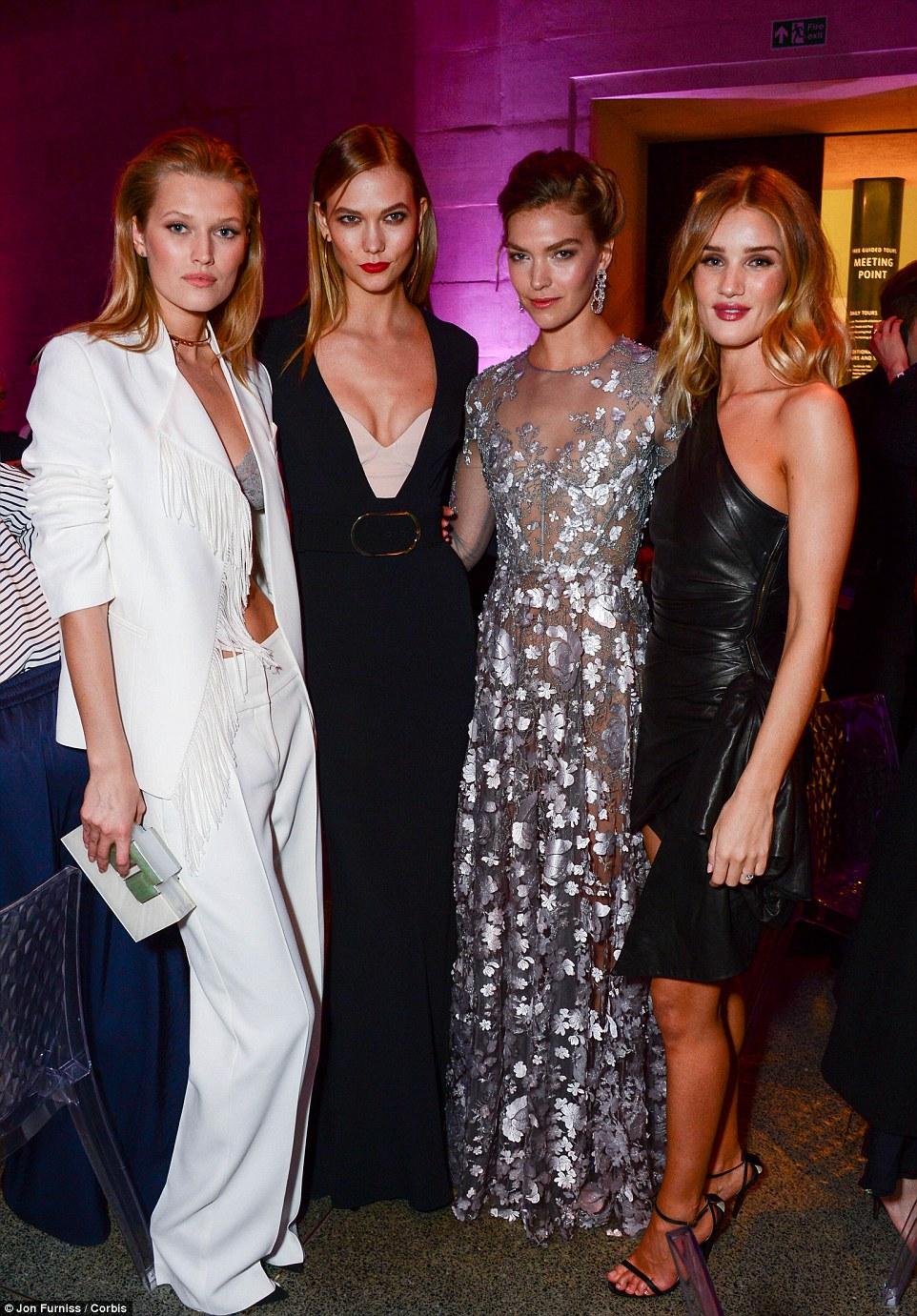 O Exército supermodelo: (da Esquerda) Toni, Karlie e Rosie Imagens Compartilhadas com o requintado Arizona Muse