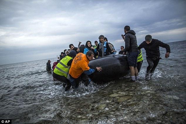 El jefe de la agencia de fronteras de la UE ha advertido vallas no detendrán la afluencia de inmigrantes en Europa.  refugiados foto están siendo ayudados en tierra en Lesbos, Grecia, después de hacer el viaje de Turquía