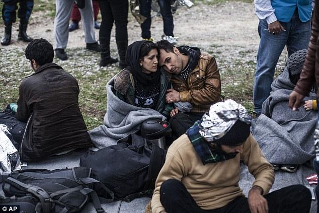 Un par abrazo de Pakistán después de llegar a Grecia en la actualidad.  Más de 110.000 personas han llegado a Europa ya este año