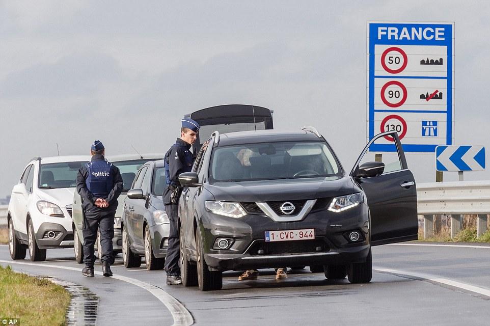 Cheques: Bélgica se refuerzan las fronteras con Francia cerca de Calais para evitar una avalancha de personas que cruzan la frontera si el 'Jungle' se cierra