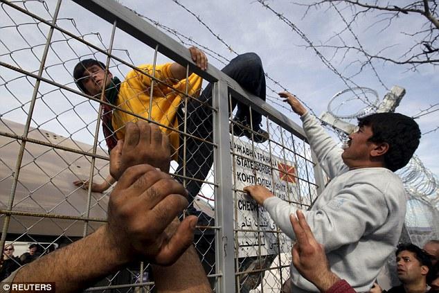 La secretaria de Justicia Michael Gove ha dicho las políticas de inmigración de la UE estaban causando la miseria, con los dictados de libre circulación de detener el Reino Unido elegir a quiénes quería que en la foto,:. Los migrantes que sube la cerca en Macedonia