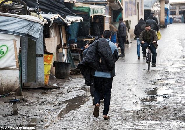 La caridad ayudar a los refugiados dijo que había 3.455 personas que viven en la parte afectada de la selva que podían pasar a ser 'desalojados de sus hogares en medio del invierno, sin alojamiento alternativo suficiente sobre la oferta'